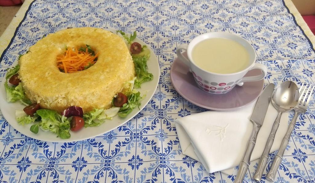 Cocina a niveles con Thermomix® : Tortilla de patatas rellena en Varoma y caldo de pollo con veduras