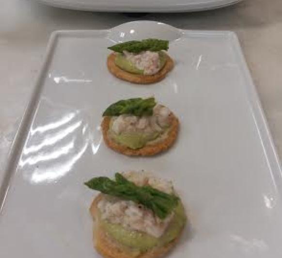 Tosta de pesto de espárragos y pistachos con ceviche de gambas con Thermomix®