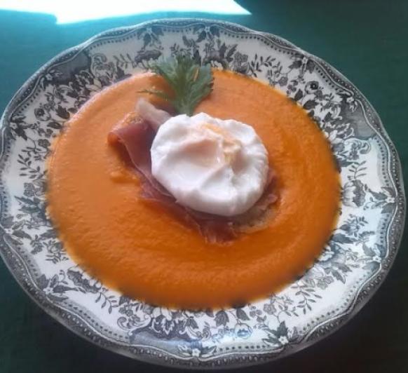 Sopa de tomate con tosta de Jamón y huevo poché con Thermomix®